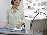 Zestaw do prasowania: parownica, żelazko i deska, które prasują i czyszczą