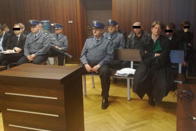 Na ławie oskarżonych zasiadło dziewięciu mężczyzn.