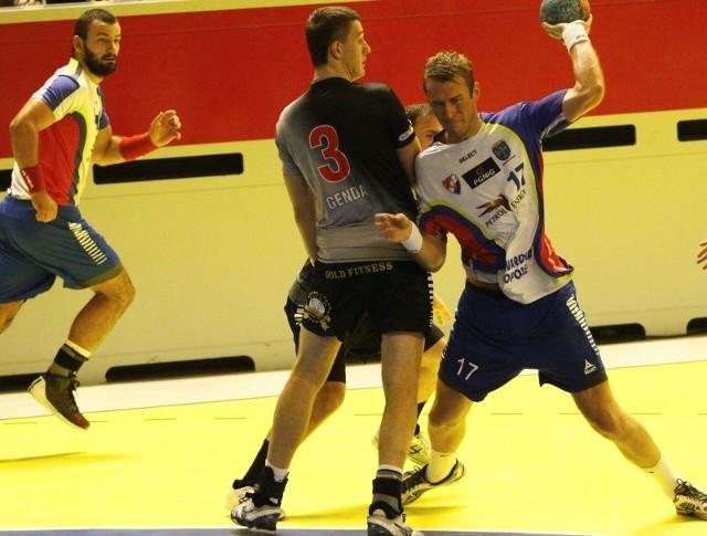Piotr Adamczak (z piłką) i jego koledzy z Gwardii przez miesiąc będą szlifować formę i poprawiać grę, która była nierówna.