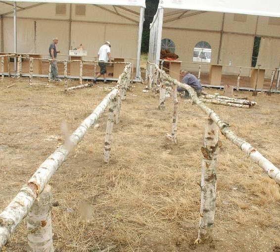 Drewniane barierki mają pomóc w uregulowaniu kolejek i usprawnieniu obsługi zgłodniałych woodstockowiczów.