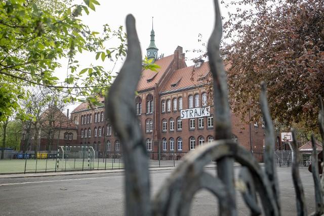 """Przez 100 lat mury """"Marcinka"""" opuściło 13 273 absolwentów. O szkole mówi się, że jest kuźnią lekarzy i prawników. Ale nie tylko! Charakterystyczne mury z czerwonej cegły opuścili profesorowie, artyści, biznesmeni, a także politycy.Zobacz, kto uczył się w słynnym I LO w Poznaniu --->"""