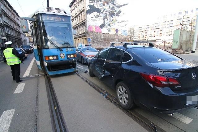 Zderzenie auta z tramwajem nr 3 na skrzyżowaniu Taugutta i Mierniczej we Wrocławiu