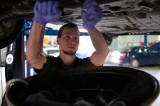 Połowa pensji na naprawę auta? Sprawdź, dlaczego coraz częściej musimy prosić o pomoc mechaników