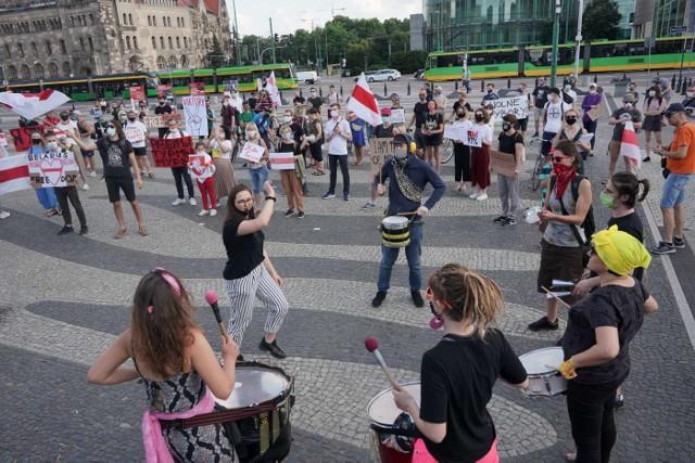 Protestujący w piątek na placu Mickiewicza domagali się demokratycznych wyborów na Białorusi.Przejdź do kolejnego zdjęcia --->