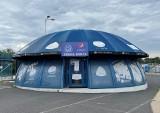 """Ruch Chorzów. """"Grzybek"""" na sprzedaż! Klub z Cichej chce sprzedać pawilon Strefy Kibica na stadionie. Są chętni? Telefony dzwonią"""