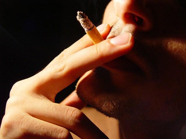 palenie papierosówDosyć powszechnie przyjmuje się, że balkon nie jest miejscem publicznym, co oznacza, że gdy palimy na balkonie nie dochodzi do naruszenia prawa. Stanowisko sądów w tej kwestii nie jest jednak w pełni jednolite i zależy również od wyglądu balkonu...