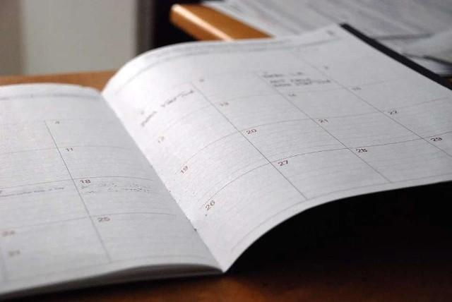 Przed nami jeszcze kilka tygodni wakacji, jednak coraz więcej osób zaczyna już myśleć o powrocie do szkoły. Powoli zaczynają się zakupy niezbędnej szkolnej wyprawki. My sprawdzamy, jak w nowym roku szkolnym wypadają dni wolne od nauki! Sprawdźcie, kiedy uczniowie będą mieli wolne w roku szkolnym 2021/22. Sprawdźcie na kolejnych zdjęciach >>>