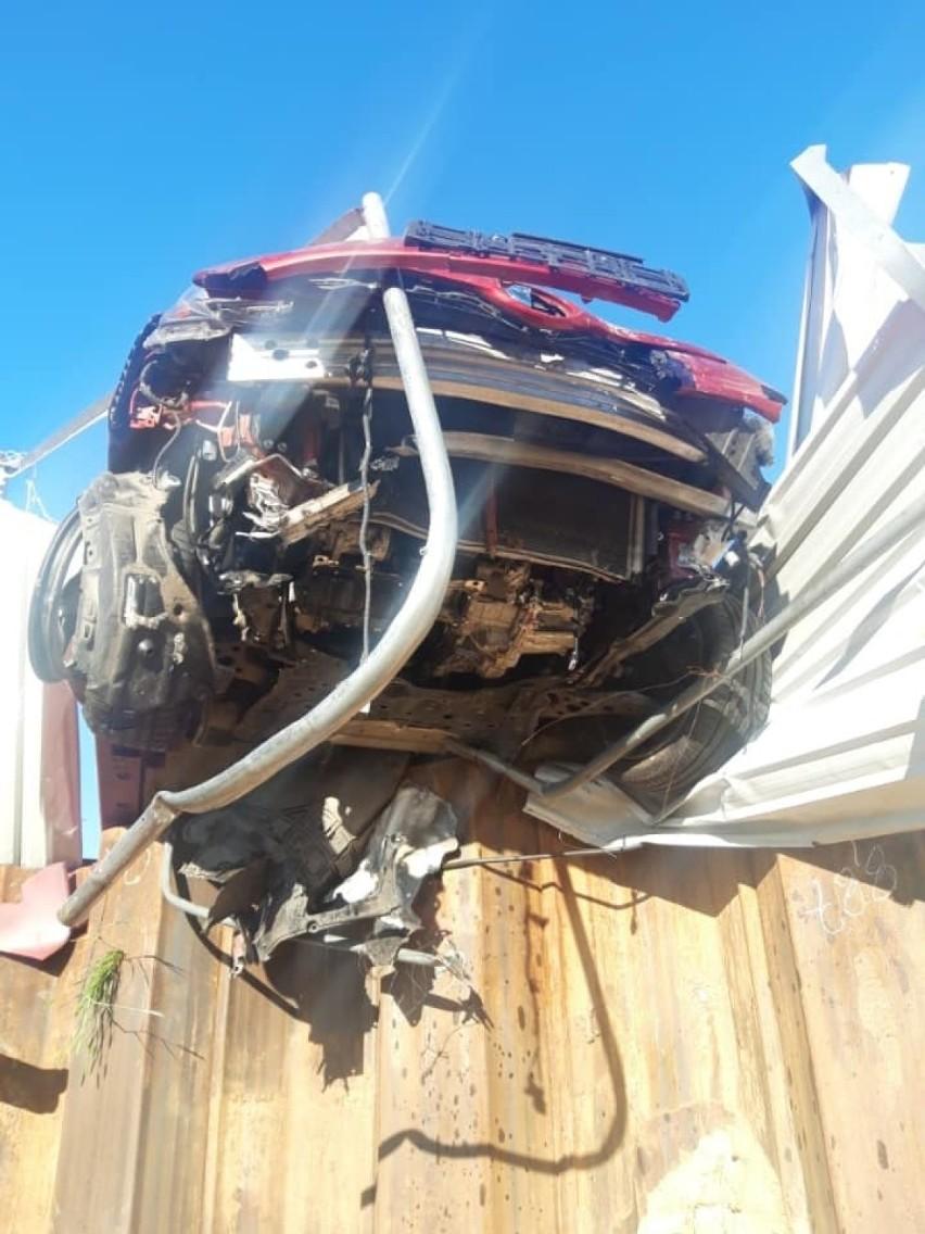 Wypadki w Tomaszowie. Kierowcy wjechali w ogrodzenia