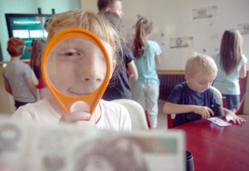 """Pierwsze grupy dzieci odwiedziły dziś wyspę """"Bezpieczny złoty"""" w siedzibie lubelskiego oddziału NBP"""