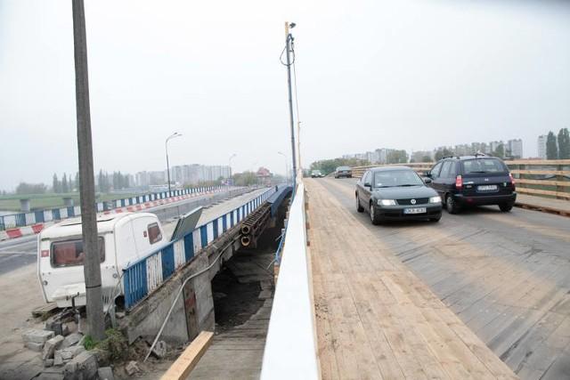 Kładka stoi obok starego mostu nad kanałem Ulgi i na czas jego przebudowy  zapewnia komunikację pomiędzy Zaodrzem, a centrum
