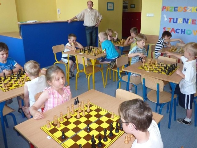 Najmłodsi szachiści podczas turniejowych zmagań.