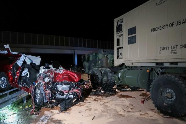 Do tragedii doszło koło północy niedaleko Świętoszowa. Auto osobowe uderzyło w pojazd poruszający się w kolumnie wojsk amerykańskich. Droga A18 zablokowana.Wszystko wydarzyło się około północy. Kolumna wojsk amerykańskich włączała się do ruchu na A 18. W pojazd amerykańskiego wojska uderzył ford mondeo. Mężczyzna jadący osobówką zginął na miejscu, druga osoba jest ciężko ranna.Zobacz też: Anakonda 16 także w Lubuskiem! [ZAPOWIEDŹ, PROGRAM MANEWRÓW] Jak informuje mł. brygadier Piotr Pilarczyk, zastępca komendanta powiatowego straży pożarnej w Bolesławcu, ofiary wypadku strażacy musieli uwalniać za pomocą narzędzi hydraulicznych.Zobacz też: Anakonda 16. Trzy tysiące żołnierzy NATO w naszym regionie [ZDJĘCIA, WIDEO]Pogotowie udzieliło pomocy również dwóm żołnierzom amerykańskim. Jeden z nich uskarżał się na ból kręgosłupa.
