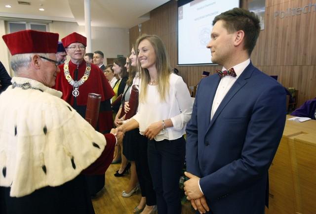 Nowym doktorom i doktorom habilitowanym gratulował prof. Sławomir Wiak, rektor uczelni.