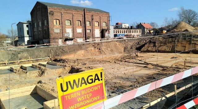 Marzec 2020 r. Na terenie przy starej mleczarni przy ul. Lisiej w Zielonej Górze trwa budowa apartamentowca