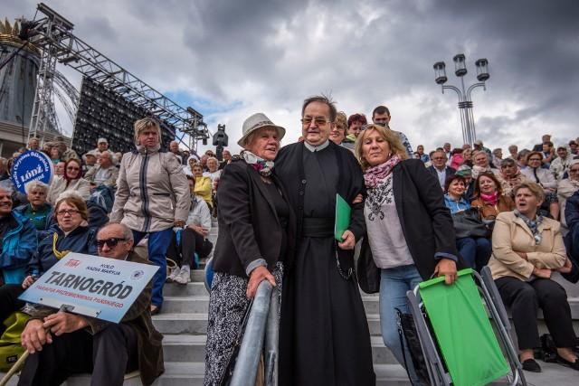 """""""Dziękczynienie w Rodzinie"""" to doroczny zlot słuchaczy Radia Maryja w Toruniu. W tym roku też ma się odbyć, w sobotę 5 września. Będą koncerty, modlitwy, handel, zabawa. Koronawirus? """"Nie panikujmy!"""" - apeluje ojciec Rydzyk.CZYTAJ DALEJ >>>>>"""
