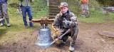 Niezwykła historia dzwonu z Pustelni św. Jana z Dukli w Trzcianie. Milczał 80 lat ukryty w ziemi. Czy wróci na dzwonnicę na Puszczy?