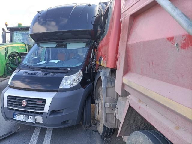 Wypadek trzech pojazdów przy zjeździe za autostrady A4 na węźle Pietrzykowice pod Wrocławiem 2.04.2021