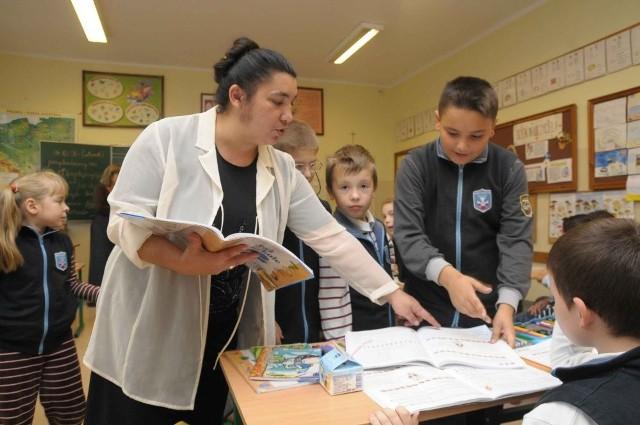 Inga Mirga to jedna z zaledwie dziesięciu w Polsce romskich asystentek szkolnych. Dzięki jej poświęceniu coraz częściej mali Cyganie kontynuują naukę.