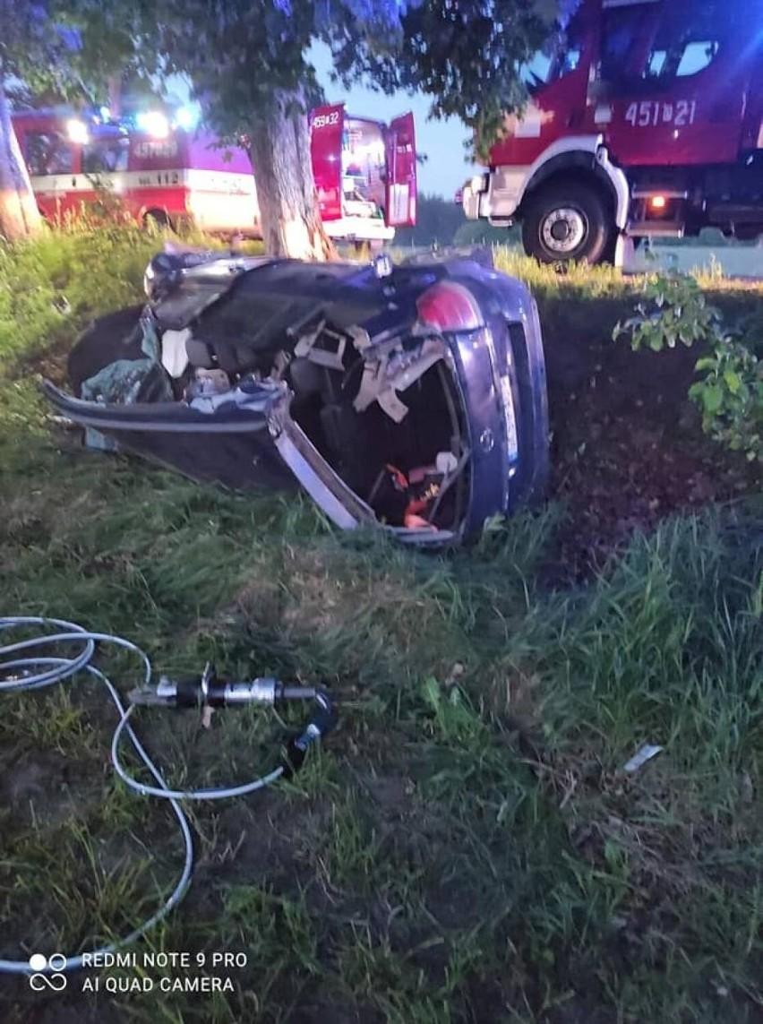 Wypadek w Starym Barkoczynie 10.06.2021 r. Samochód uderzył w drzewo. Trzy osoby ranne