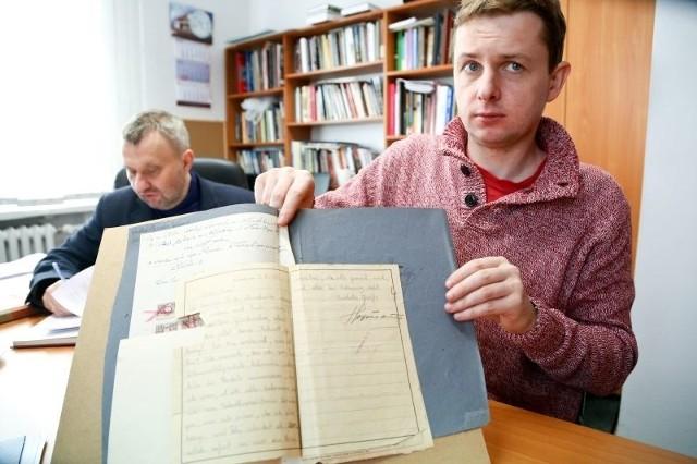 W miesiącu więzień obozu koncentracyjnego mógł napisać dwa listy, po niemiecku. Korespondencja była cenzurowana - pokazuje znaleziony dokument Tomasz Fiedorowicz, pracownik archiwum.