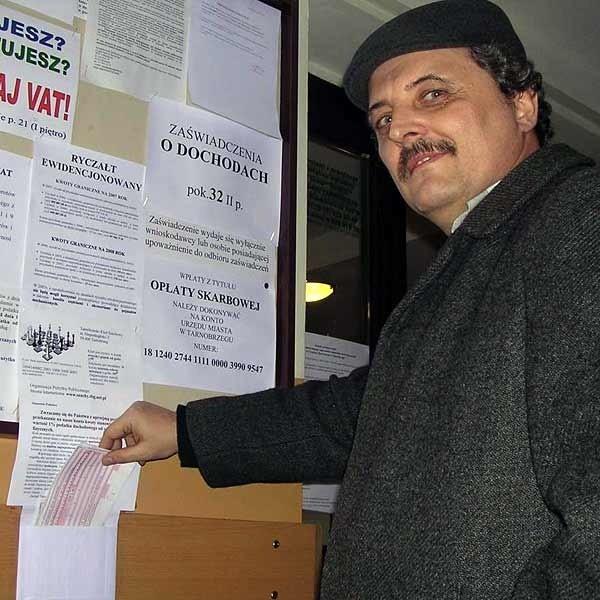 Robert Barański z Tarnobrzeskiego Klubu Szachowego zostawił w urzędzie skarbowym blankiety wpłat z nadzieją, że sięgną po nie podatnicy.