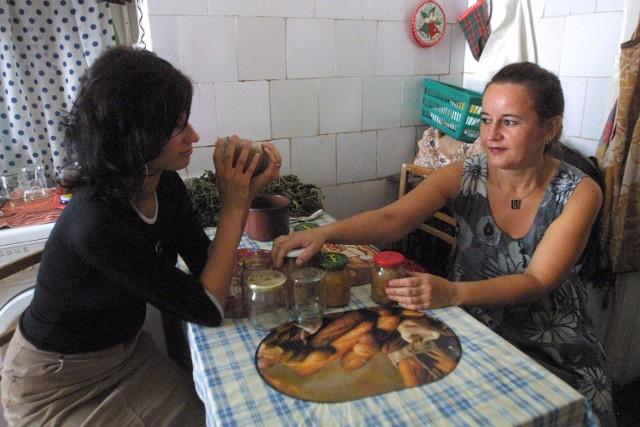 Hanna Nowak z Renatą, najstarszą córką dbają o zimowe zapasy domowe. We wrześniu czas kiszenia ogórków.