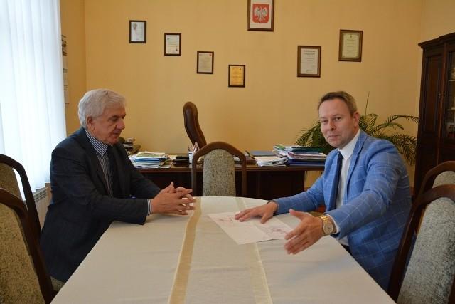 Burmistrz Babimostu Bernard Radny i burmistrz Sulechowa Wojciech Sołtys spotkali się, by wspólnie omówić sprawę budowy ścieżek rowerowych