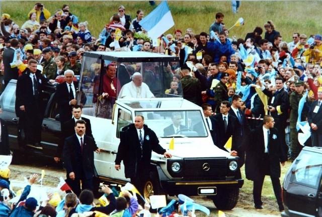 To był pamiętny dzień. 7 czerwca 1999 roku Toruń odwiedził papież Jan Paweł II.  Sześć lat później tłumy mieszkańców żegnały Ojca Świętego. W 2014 roku Toruń świętował jego kanonizację.Czytaj też:Barwne lata 20. i 30. w Toruniu