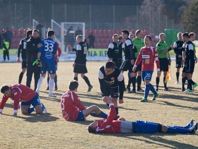 Piłkarze z Bytowa (ciemne stroje) wygrali w ostatniej minucie meczu z Rakowem Częstochowa. Na zdjęciu pocieszają załamanych gości. W Zdzieszowicach mogliby pocieszać gospodarzy.