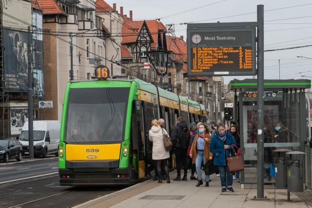 Rząd wprowadził kolejne restrykcje związane z profilaktyką antywirusową, w związku z tym Zarząd Transportu Miejskiego w Poznaniu zmienił rozkłady jazdy autobusów i tramwajów.