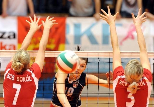 Paulina Chojnacka (w środku) była najlepszą zawodniczką Piasta w niedzielnym spotkaniu z Sokołem. Teraz kibice szczecińskiej drużyny liczą na nią także w pojedynkach z Organiką Budowlanymi Łódź.