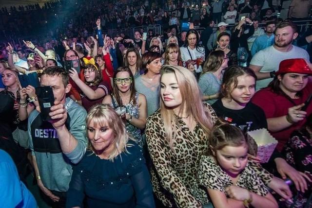 Disco polo i muzyka dance w ostatnich latach wróciła do łask. Na imprezach z tego typu dźwiękami niemal zawsze są tłumy fanów. Podobnie jest w Koszalinie. Zobacz zdjęcia z imprez disco polo w hali widowiskowo-sportowej i amfiteatrze.