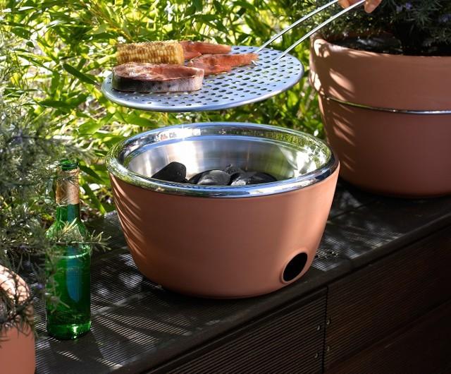 GrillPrzenośny grill to praktyczny gadżet: dwa w jednym.