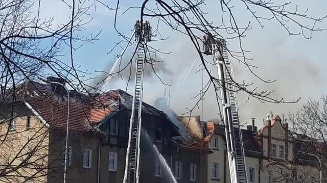 Z ogniem walczyło 12 zastępów straży pożarnej.