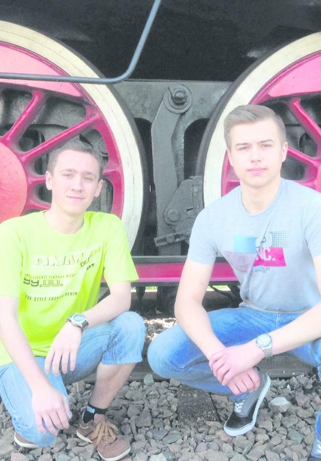Damian Dworak i Tomasz Szkliniarz, uczniowie Technikum nr 4 w Sosnowcu, którzy w zeszłym roku pobierali stypendium od PLK