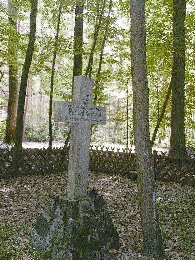 Tu pochowany jest przedwojenny nadleśniczy Reinhard Schönwald i jego czteroletnia córka, która zmarła pięć lat przed nim.