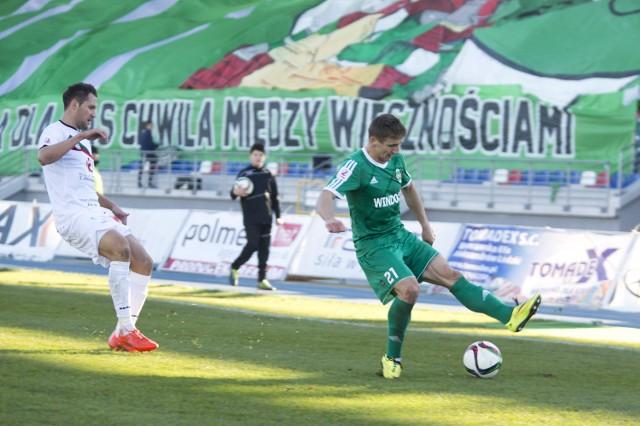 Z piłką, Dariusz Brągiel, pomocnik Radomiaka Radom.