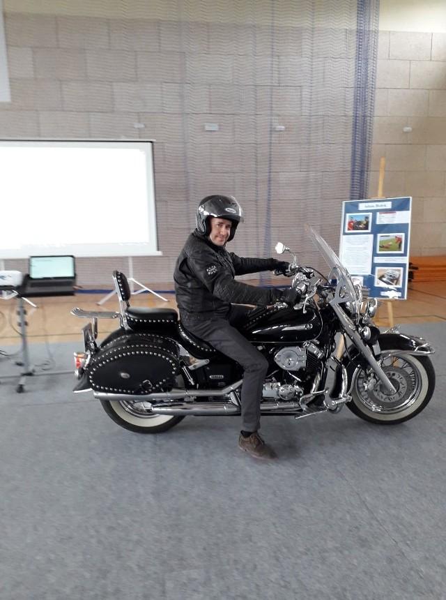 Adam Bolek, burmistrz Białobrzegów na spotkanie z uczniami szkoły podstawowej przyjechał na motocyklu.