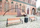 Szczecińska radna chce obrócenia ławek na Rynku Siennym tak, by móc podziwiać rzeźbę. Odpowiedź władz miasta
