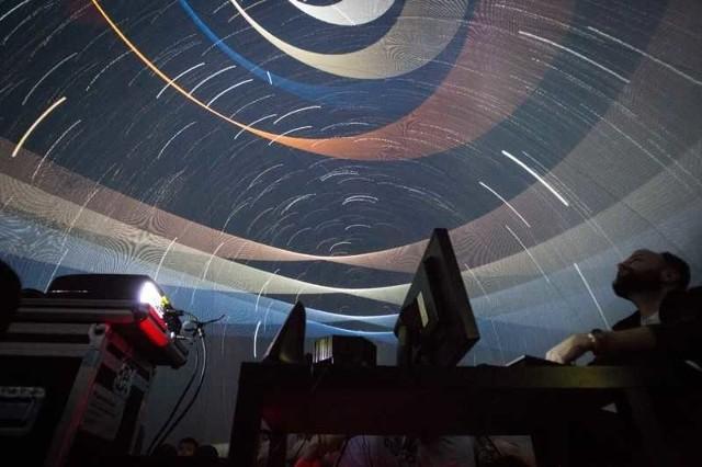 W czwartek i piątek (4-5 lipca) w Pile pojawi się mobilne planetarium. Do miasta przyjedzie Planetobusem. Będzie w nim można zobaczyć gwiazdy na niebie oraz pokazy astronomiczne. W Pile Planetobus zatrzyma się w parafii pw. św. Jana Bosko.