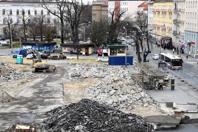 Centrum przesiadkowe Opole Główne. Rozbiórka kolejnych budynków.