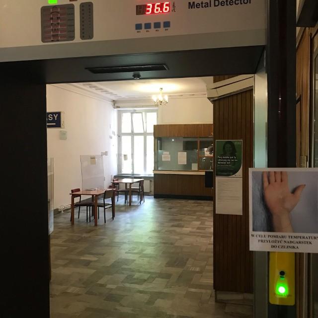 Nowoczesna bramka mierzy temperaturę przy wejściu do Urzędu Miasta w Sopocie