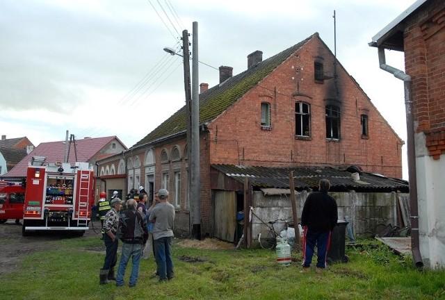 Strażacy uznali, że lokator domu nie może w nim zostać na noc po pożarze.