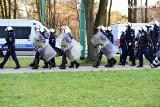 Urodziny GKS Tychy. 200 kibiców przed stadionem i starcia z policją. Poleciały race i petardy