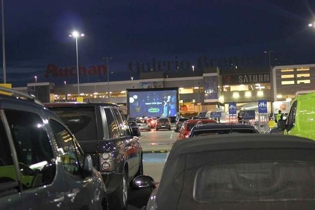 Kino samochodowe na parkingu Ikea w Krakowie, podobne może być na parkingu przy ambulatorium