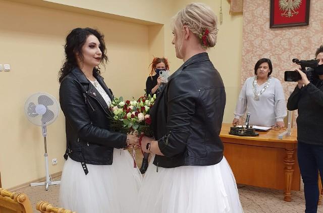 W łódzkim USC odbył się nietypowy ślub. W związek małżeński wstąpiły dwie działaczki: Kasia Gauza i Aleksandra Knapik. Panie młode przyszły do urzędu w identycznych, białych sukienkach, miały takie same bukieciki. Zgodę na ten ślub musiał wydać łódzki sąd rodzinny.CZYTAJ I OGLĄDAJ NA KOLEJNYCH SLAJDACH