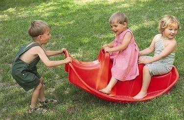 Podczas zabawy dzieci często stykają sie głowami. Wtedy łatwo o zakażenie wszawicą.