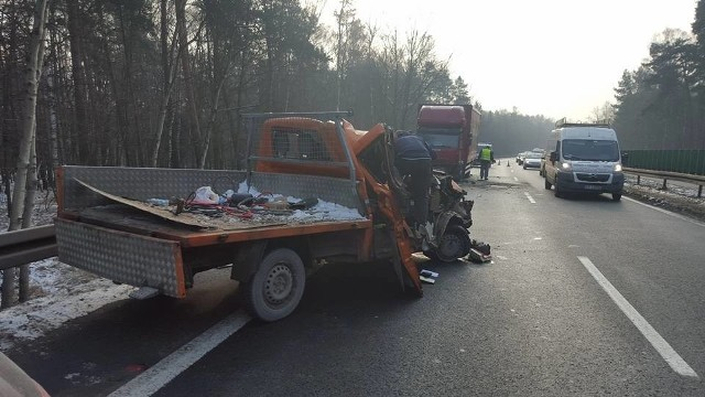 Samochód dostawczy wjechał w ciężarówkę