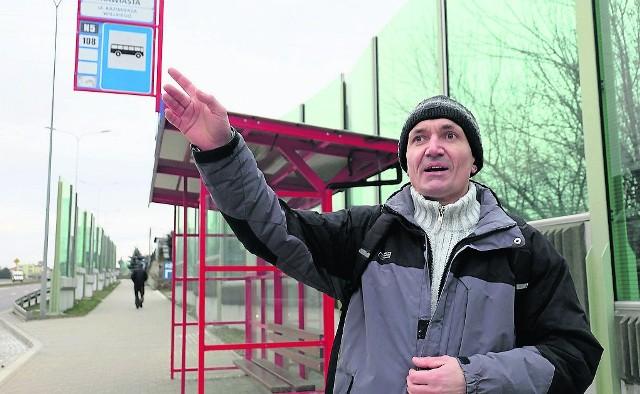 W zeszłym roku na tym przystanku można było jeszcze wsiąść do autobusu miejskiego linii 111. Bogusław Koniuch w imieniu mieszkańców apeluje, by połączenie wróciło.