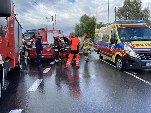Jedna osoba została odwieziona do szpitala. Po badaniach policjanci zdecydują, czy zdarzenie zostanie zakwalifikowane jako kolizja, czy jako wypadek.